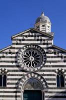 Façade d'église en marbre rayé à levanto photo
