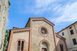 Façade de l'église paroissiale catholiques du xiv en italie photo