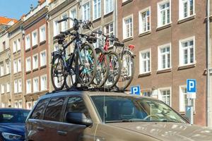 gdansk. vélos sur le coffre de la voiture.