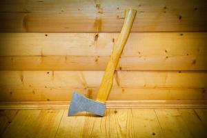 hache rustique dans le sauna photo