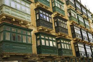 fenêtres typiques à la valette-malte photo