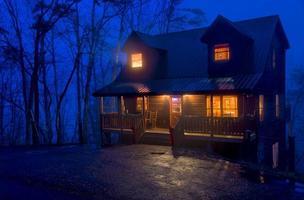 cabine dans les montagnes la nuit photo