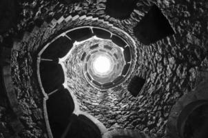 Puits d'initiation en spirale maçonnique à Quinta da Regaleira, Sintra, Portugal. photo