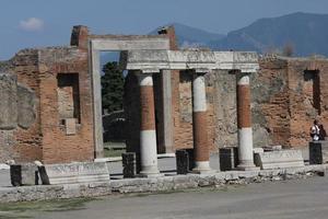 Colonnade du forum romain de Pompéi