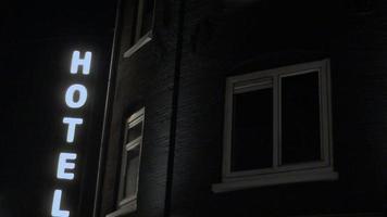 regardant signe de l'hôtel dans la nuit photo