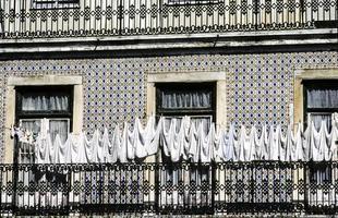 Corde à linge devant une vieille maison de Lisbonne photo