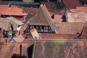 village aux toits de tuiles rouges