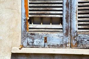 Store vénitien en bois abstrait solitaire fenêtre dans le concre photo