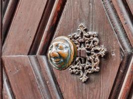 Apfelweibla, poignée de porte vintage sur porte antique, arrière-plan