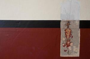 mur de ciment avec tache rouge