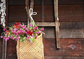 panier avec des fleurs