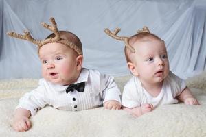 bébés avec des cornes de cerf sur fond clair photo