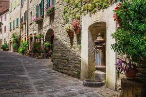 Rue italienne dans une petite ville de province de la Toscane