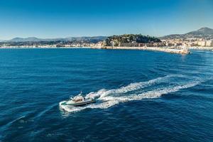 bateau-pilote quittant le port de nice photo