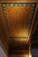beau plafond du palais bahia à marrakech, maroc.