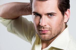 portrait de bel homme en chemise jaune. photo