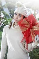 femme triste avec boîte-cadeau