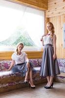 deux femme posant photo