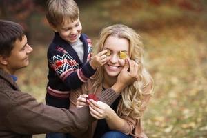 Portrait d'une belle jeune famille en automne photo