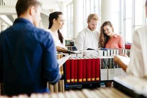 groupe d'étudiants qui étudient en bibliothèque photo