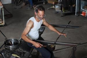 homme, façonner le verre en usine photo
