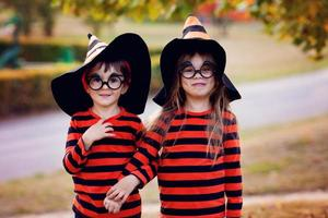 garçon et fille dans le parc en costumes d & # 39; halloween photo
