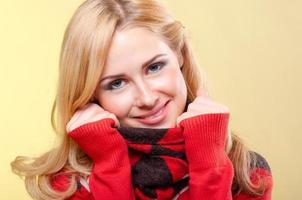 femme en pull rouge photo