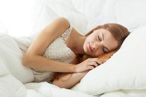 jeune femme, dormir, dans lit photo