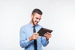 élégant bel homme à l'aide d'une tablette photo