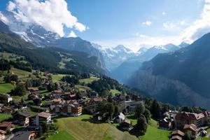 Vue à vol d'oiseau des Alpes suisses photo