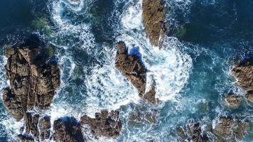 vagues de l & # 39; océan s'écraser sur les rochers photo