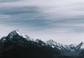 chaîne de montagnes enneigées photo