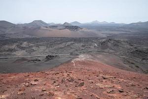 collines rouges et brunes pendant la journée photo