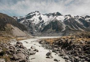 chemin rocheux vers la montagne