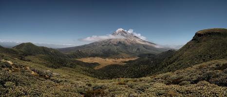 montagne enneigée et ciel bleu clair photo