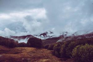 paysage montagneux brumeux