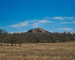 personnes au sommet de la montagne sous le ciel bleu