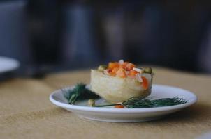 pâtisserie avec pois et carottes dessus