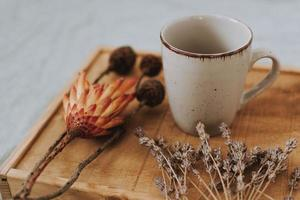 tasse avec des fleurs séchées