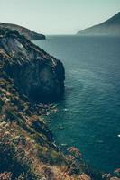 falaise près d'un plan d'eau