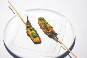 aliments frits avec garnitures au matcha