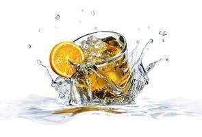 verre à cocktail, tombant dans l'eau claire, formant une éclaboussure de couronne.