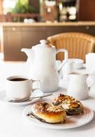 petit-déjeuner avec gâteau et café