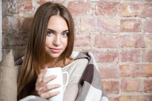 femme, dans, chaud, plaid, tenue, tasse, à, thé chaud photo