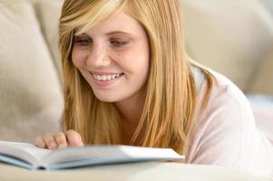 sourire, étudiant, adolescent, livre lecture, sur, sofa