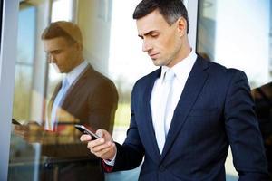 homme d'affaires à l'aide de smartphone photo