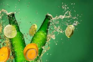 bouteilles de bière aux fruits avec splash, sur gree