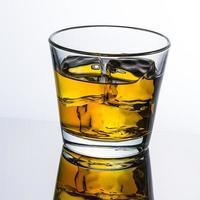 whisky glas mit eiswürfeln photo