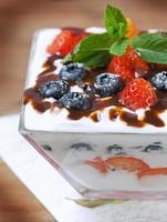 dessert de baies dans une tasse en verre et feuilles de menthe fraîche photo