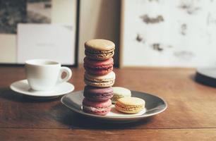 café et quelques macarons dessert sur la table en bois